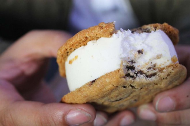 Walking the Highline NYC | Street Food Ice Cream sandwich | Cake + Whisky