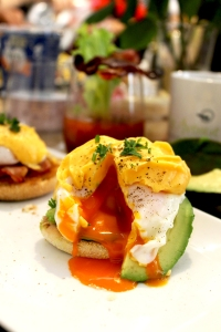 An egg-cellent brunch masterclass at The Avenue Cookery School, London ● Learning how to make eggs Benedict ● Cake + Whisky